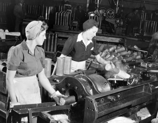 Femmes à l'atelier de fabrication d'obus, 1939-1945, Fonds Dominion Bridge Company, Bibliothèque et Archives Canada.