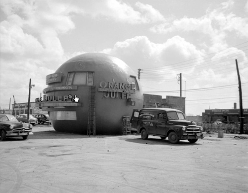 The original Orange Julep building, in the 1950s. Photo taken by M. Connolly, Hydro-Québec. From the BANQ, Cote: E6,S7,SS1,D58727