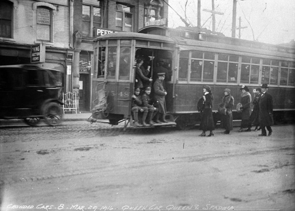 Queen-Streetcar---Queen-&-Spadina---March-29-1916---LIB-&-ARCHIVES-CAN