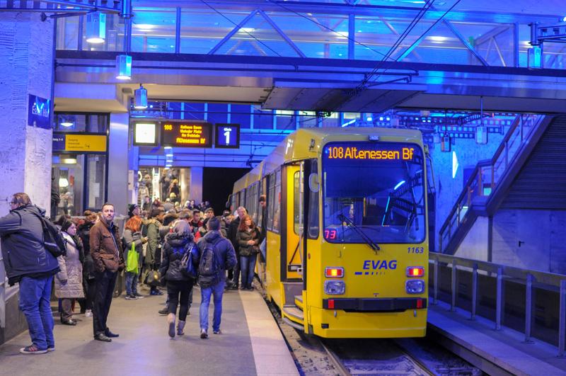 An M-type tram at Essen Hauptbahnhof, 2017
