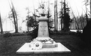 AM54-S4 Mon P4 Oppenheimer Statue 1910s